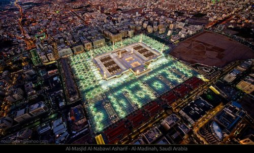 masjid nabwi lighted.jpg