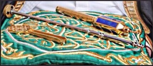 Key of Kaaba in the middle, on the right key of Maqam Ibrahim, on th re left is key to the door of tawbah leading to roof of kabah.jpg